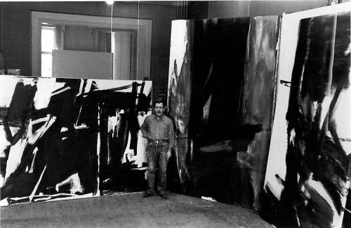 Franz Kline en su estudio en el 242 West 14th Street en Nueva York